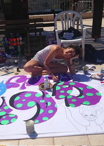 הילה טייר ציור על נעליים